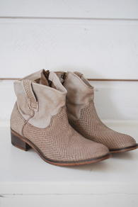 BY KOAH - ALISA SHOES - TAUPE SERPENT JEANS